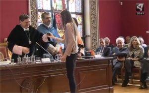 Entrega de la insignia de la Universidad de Zaragoza a Iris Orosia Campos Bandrés
